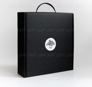 Производство упаковки - чёрный чемоданчик из кашированного микрогофрокартона с ручкой.