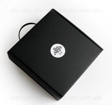 Чёрный чемоданчик из кашированного микрогофрокартона с ручкой