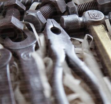 Шоколад с алкоголем -набор из 9 предметов: молоток, пассатижи, разводной ключ, арматура, 2 гаечных ключа, подшипник, гайка, болт.  Копии настоящих инструментов из  шоколада. Подарочный пенал из дерева. Оформление корпоративном стиле компании. Размер : 270x270x60 мм. Вес нетто: 310 гр.  | День строителя