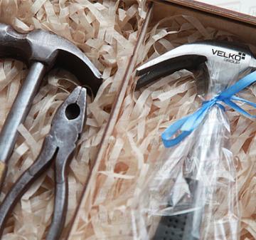 23 февраля  подарки 2020 корпоративным клиентам оптом | Набор шоколадных инструментов из 2 предметов: молоток, пассатижи. Вес 190 гр. Копии настоящих инструментов . Шоколад Barry Callebaut (Бельгия), темный  54% | Доставка по России.