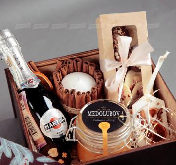 Корпоративные подарки на праздники | - Игристое вино Asti Martini, 187 мл - Крем-мед с апельсином 250  мл - Медианты шоколадные (белый, молочный, темный шоколад) - Флорентийское саше из соевого воска - Декоративная свеча с корицей - Пенал из фанеры с полноцветной печатью (брендирование бесплатно). Размер: 22х22х11см