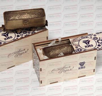 Шоколадная фигура «Вагонетка с логотипом компании» Габариты шоколадной фигуры Вагонетка 110 х 45 х 50 мм., вес 160-170 гр.  Бельгийский темный шоколад Barry Callebaut,  54%.  Упаковка: подарочный пенал из дерева с полноцветной прямой печатью (брендирование).  Размер упаковки: 140 х 65 х 80 мм.