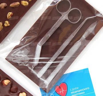 корпоративные подарки к новому году оптом  медицинским работникам и фармацевтам  | Шоколадные медицинские инструменты - точные  копии мединструментов -скальпель, пинцет, ножницы. Барельеф  из темного шоколада с орехами (кешью, миндаль или фундук). Размер шоколадной плитки 10х17,5 см, вес 200 гр. Шоколад Barry Callebaut  54%.   Бесплатное брендирование