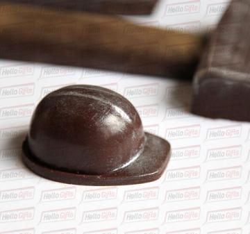 Новогодние подарки в фирменном стиле компании   | Шоколадные инструменты | Копии инструментов из шоколада:  кувалда, зубило, строительный крюк и строительная каска. Упаковка с ложементом под каждую фигуру.  Оформление коробки в корпоративном стиле компании. Размер упаковки: 250х220х40мм.  Вес нетто: 330 гр.