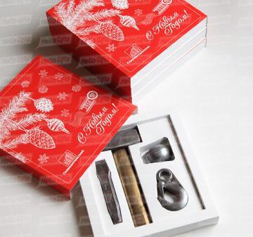Коллегам и деловым партнерам  Новогодние подарки в фирменном стиле компании  | Шоколадные инструменты | Копии инструментов из шоколада:  кувалда, зубило, строительный крюк и строительная каска. Упаковка с ложементом под каждую фигуру.  Оформление коробки в корпоративном стиле компании. Размер упаковки: 250х220х40мм.  Вес нетто: 330 гр.
