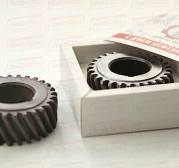 Шоколадная шестерня- 85х30 мм. Фигура из шоколада, расположена в ложементе. Картонная упаковка с полноцветной запечаткой шубера в корпоративном стиле компании.   Размер упаковки: 120х120х43. Вес нетто: 125 гр.