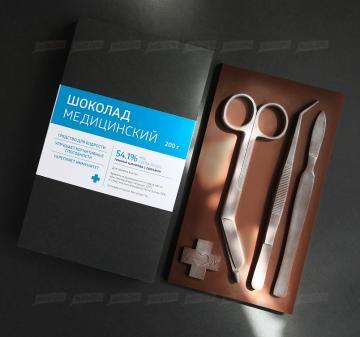 Шоколадные медицинские инструменты - точные  копии мединструментов -скальпель, пинцет, ножницы. Барельеф  из темного шоколада с орехами (кешью, фисташки,  миндаль или фундук). Размер шоколадной плитки 10х17,5 см, вес 200 гр. Шоколад Barry Callebaut  54%.   Бесплатное брендирование  | Подарки медикам  и фармацевтам к Новому году 2020оптом