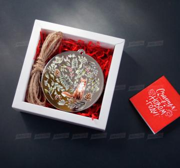 Корпоративные сувениры на Новый год 2021 Стильные и изысканные зеркальные украшения для Новогодней ёлки.  - Набор из 4 игрушек: лиса, олень, заяц, птичка. Зеркальный акрил 3 мм, размер игрушки 8 см. - веревка подвеса игрушек - Оформление в стиле мероприятия. Размер упаковки: 120х120х43 мм, вес 110 г.